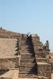 Turistas en las escaleras, fortaleza de Golconda, Hyderabad Imagen de archivo