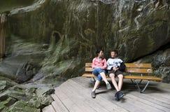 Turistas en las gargantas suizas Fotos de archivo libres de regalías