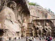 Turistas en las grutas de Longmen, China Imágenes de archivo libres de regalías