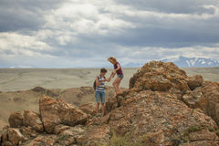 Turistas en las montañas de Altai Fotos de archivo libres de regalías