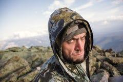 Turistas en las montañas en otoño Imagen de archivo libre de regalías
