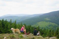 Turistas en las montañas gigantes Fotos de archivo