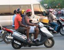Turistas en las motos en la ciudad de Saigon Fotografía de archivo libre de regalías