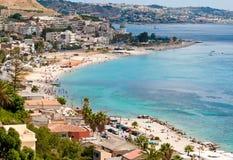 Turistas en las playas del estrecho de Messina Imágenes de archivo libres de regalías