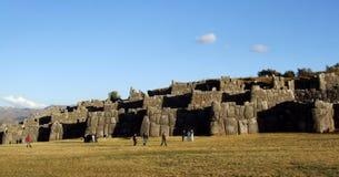 Turistas en las ruinas de Sacsayhuaman Imagen de archivo