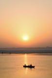 Turistas en los barcos de madera en el río Ganges en Varanasi, la India Imagen de archivo libre de regalías