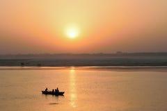 Turistas en los barcos de madera en el río Ganges en Varanasi, la India Fotografía de archivo libre de regalías