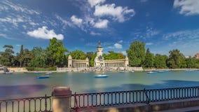 Turistas en los barcos en el monumento al hyperlapse del timelapse de Alfonso XII en el Parque del Buen Retiro - parque del agrad metrajes