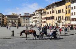 Turistas en los di Santa Croce de la plaza en Florencia, Italia Fotografía de archivo