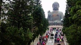 Turistas en los pasos a la estatua Tian Tan Buddha almacen de metraje de vídeo