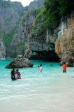 Turistas en Maya Bay Thailand Foto de archivo