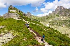 Turistas en montañas fotografía de archivo
