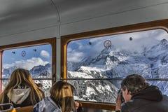 Turistas en montañas Imagen de archivo libre de regalías