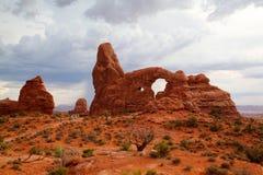 Turistas en parque nacional de los arcos - Imagen de HDR Imagenes de archivo