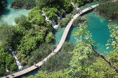 Turistas en parque nacional de los lagos Plitvice fotografía de archivo