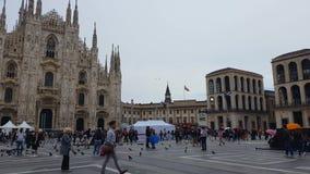 Turistas en Piazza del Duomo, catedral famosa de Milán, historia religiosa de la herencia almacen de metraje de vídeo