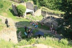 Turistas en piedra de las muchachas del castillo Imagenes de archivo