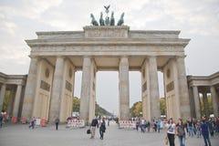 Turistas en platz del pariser cerca de la puerta de Brandeburgo Fotos de archivo