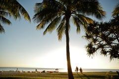 Turistas en playa Imagenes de archivo