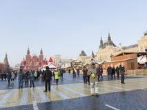 Turistas en Plaza Roja en invierno Fotografía de archivo libre de regalías
