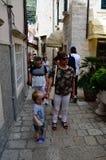 Turistas en poca calle tipical en la ciudad vieja de Dubrovnik Imagen de archivo