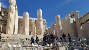 Turistas en Propylaea, la entrada monumental a la acrópolis fotos de archivo