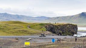 Turistas en punto de vista cerca del pueblo de Vik I Myrdal fotografía de archivo libre de regalías