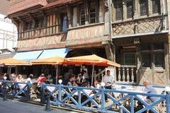 Turistas en restaurante de la calle en la ciudad de Etretat Imagen de archivo
