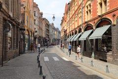 Turistas en Rue de la Monnaie en Lille, Francia Foto de archivo libre de regalías