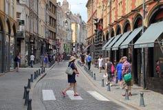Turistas en Rue de la Monnaie en Lille, Francia Fotos de archivo libres de regalías