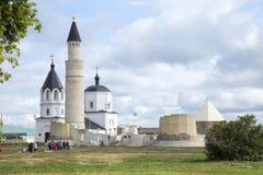 Turistas en ruinas de la ciudad de Bolgar en el río Volga, Tartaristán imagen de archivo libre de regalías