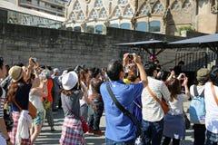 Turistas en Sagrada Familia Fotografía de archivo libre de regalías