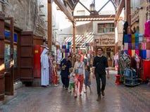 Turistas en souk de la materia textil en la oficina Dubai Foto de archivo