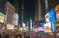 Turistas en Times Square en la noche Foto de archivo