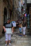 Turistas en Tipical poca calle en la ciudad vieja de Dubrovnik, Croacia Fotos de archivo
