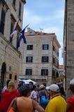 Turistas en Tipical poca calle en la ciudad vieja de Dubrovnik, Croacia Fotografía de archivo