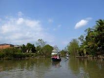 Turistas en un barco de bambú en el delta Vietnam del río Mekong Imagenes de archivo