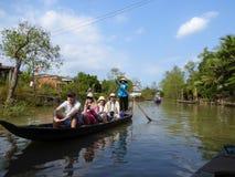 Turistas en un barco de bambú en el delta Vietnam del río Mekong Fotos de archivo