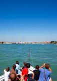 Turistas en un barco que dirige a Venecia, Italia Fotos de archivo libres de regalías