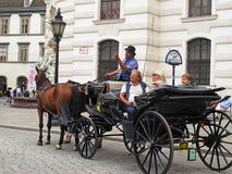 Turistas en un carro del caballo Foto de archivo
