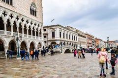 Turistas en un día lluvioso en la plaza San Marco St Marks Square en Venecia, Italia fotografía de archivo