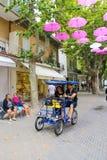 Turistas en una bicicleta en el puerto deportivo de Bellaria Igea, Rímini Foto de archivo