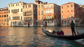 Turistas en una góndola que flota en Grand Canal en Venecia almacen de metraje de vídeo