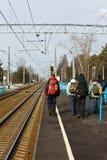 Turistas en una plataforma del tren eléctrico Fotos de archivo libres de regalías