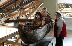 Turistas en una tribu del parque nacional Tierra del Fuego del yagana del museo de los indios fotos de archivo libres de regalías