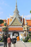 Turistas en Wat Phra Kaew, la atracción turística más famosa i imagen de archivo