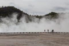 Turistas en yellowstone Fotos de archivo libres de regalías