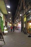 Turistas encendido vía San Cesareo en Sorrento, Italia en la noche Foto de archivo libre de regalías