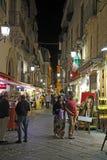 Turistas encendido vía San Cesareo en Sorrento, Italia en la noche Imagen de archivo