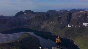 Turistas encima de la montaña almacen de video